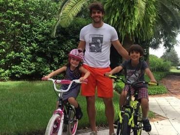 Saat libur, Ayah Kaka menemani anaknya main sepeda. (Foto: Instagram Kaka)