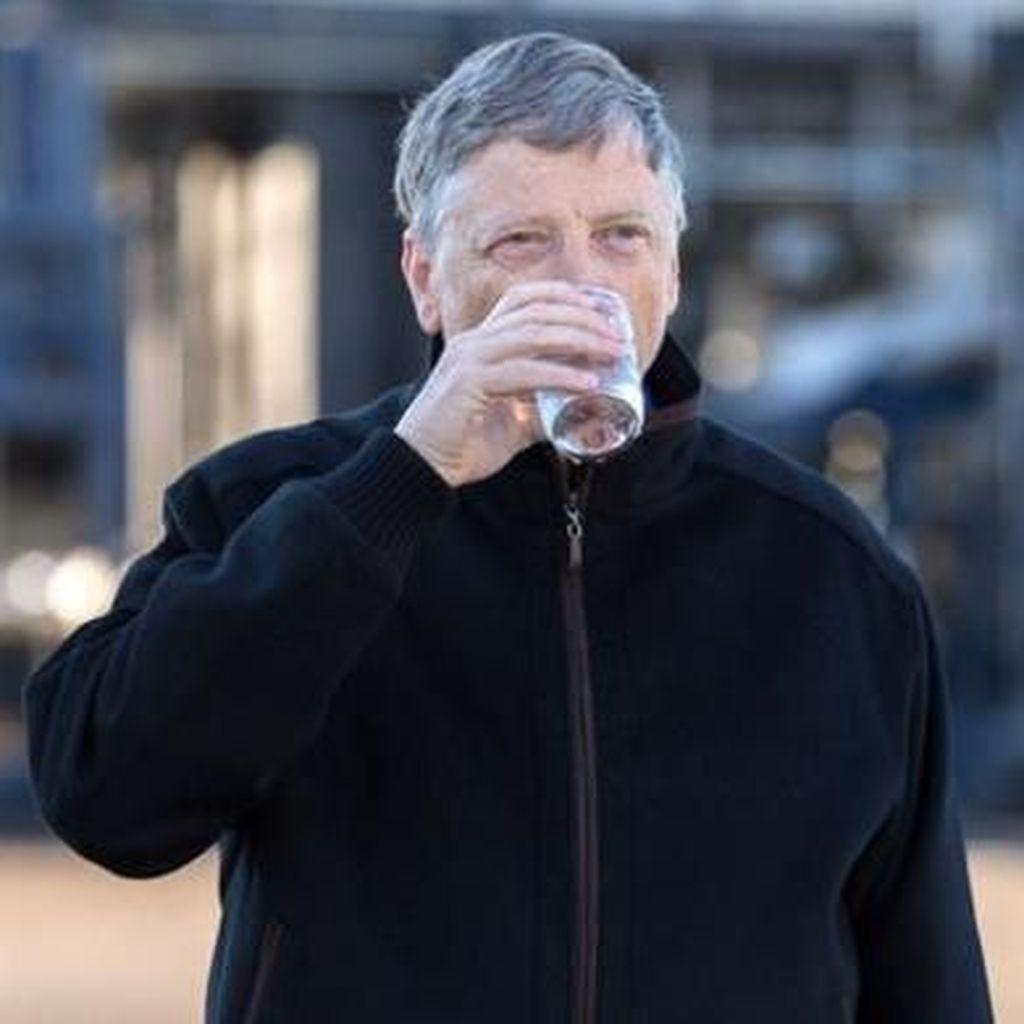 Aksi Bill Gates Minum Kotoran Manusia Hingga Tebus Utang Negara