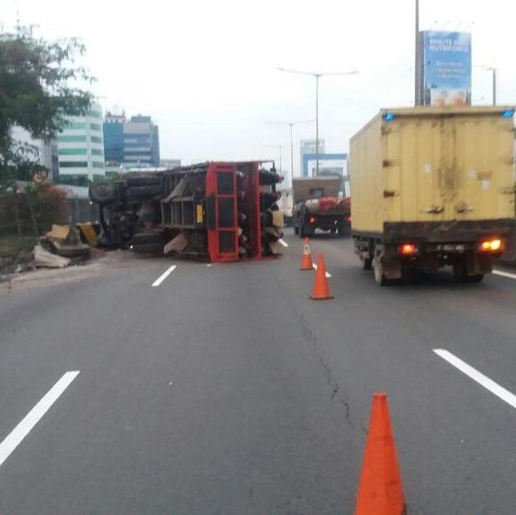 Truk Pengangkut Motor Terguling di Tol Tomang, Lalin Macet