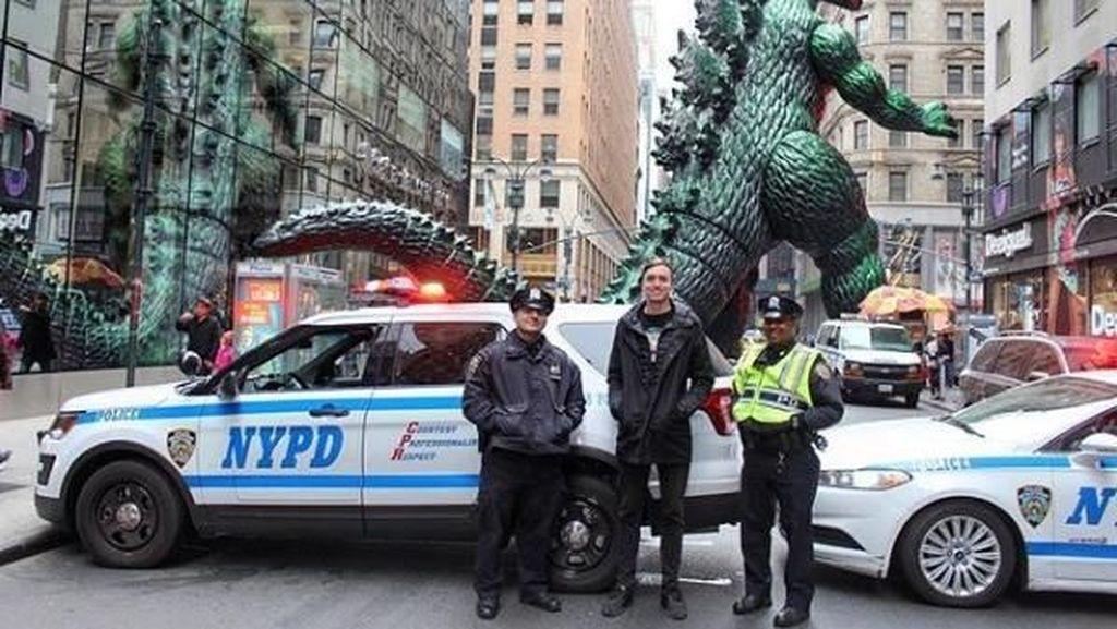 Lucu! Pria Ini Ajak Godzilla Travelling
