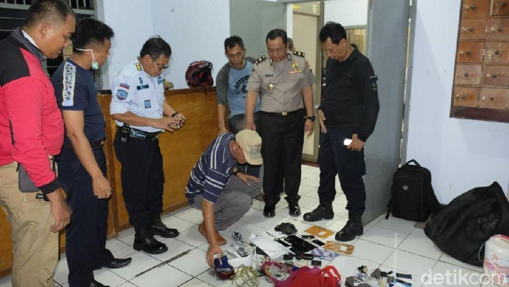 Puluhan Ponsel Disita Petugas Dalam Razia di Lapas Nusakambangan