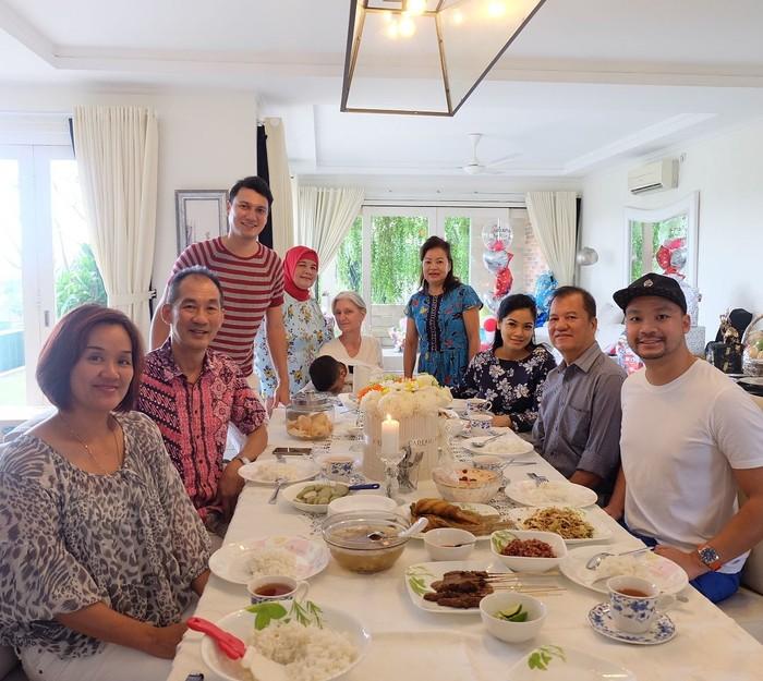 Bersama keluarga dan kerabat, Titi Kamal dan Christian Sugiono terlihat sedang mencicipi hidangan di meja makan. Ada sate hingga sajian masakan rumahan yang nikmat. Foto: Instagram titi_kamall