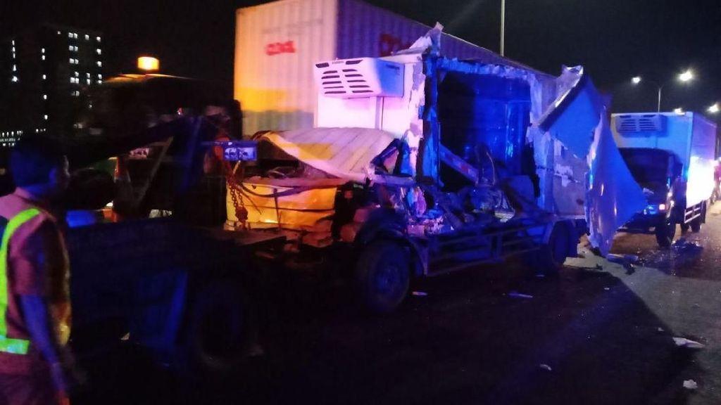 Kecelakaan Mobil Boks di Tol Jatiwarna Arah Cikunir, Lalin Tersendat