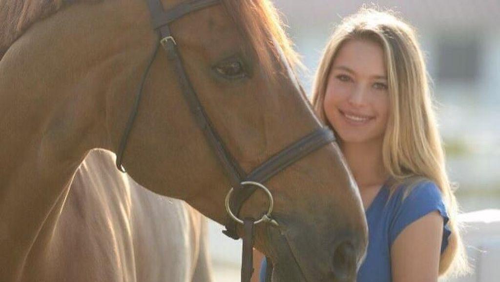 Foto: Putri Cantik Steve Jobs, Kuda & Pantai