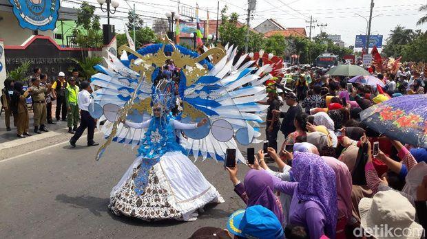Kirab budaya peringatan HUT ke-340 Brebes di Pantura siang ini.