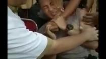 Foto: Ekspresi Kocak Polisi yang Menjerit Takut Disuntik