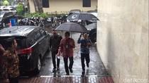 Foto: Sandiaga Tembus Hujan Saat Penuhi Panggilan Polda Metro