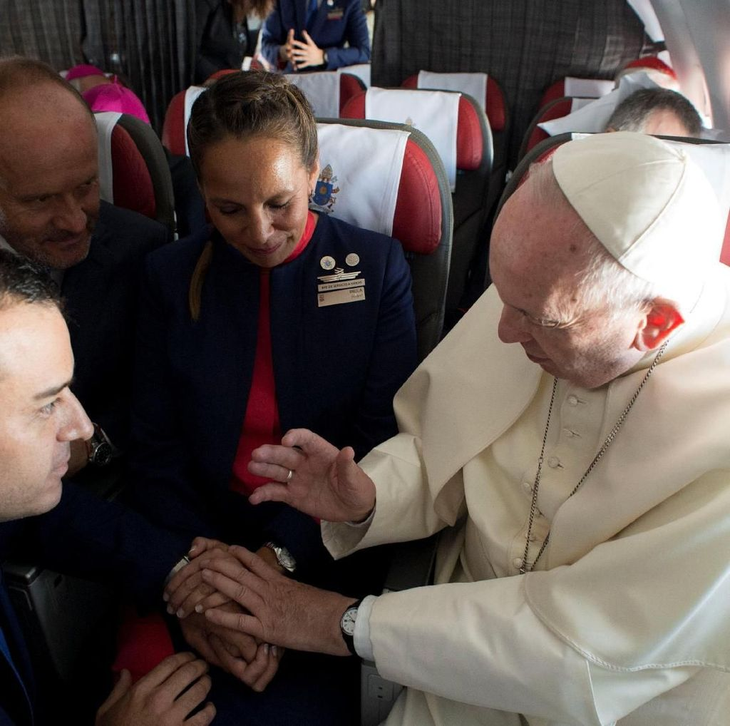 Wah! Paus Fransiskus Nikahkan Pasangan di Pesawat