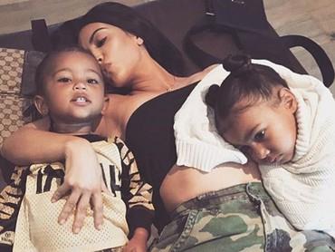 Kim Kardashian pernah curhat kalau North kadang masih cemburu pada adiknya, Saint. (Foto: Instagram @kimkardashiar)