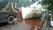 Tangki Muat Tetes Tebu Terguling, Jalur Surabaya-Madiun Macet