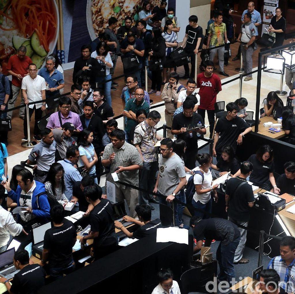 Antrean Panjang Pembeli Samsung A8 dan A8+