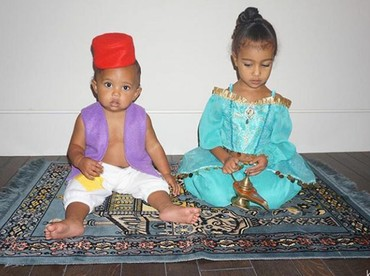 Throwback saat Halloween tahun 2016 nih, Saint berkostum Aladdin dan North jadi Princess Jasmine. Lucu ya. (Foto: Instagram @northandsaint)