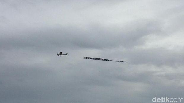 Pesawat helikopter mengucapkan selamat untuk Marsekal Yuyu Sutisna dan Marsekal Hadi Tjahjanto