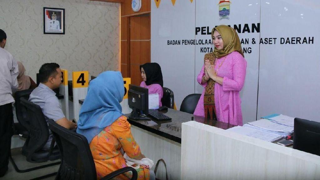 Pakai Baju Adat, PNS Cantik Ini Siap Layani Warga Palembang