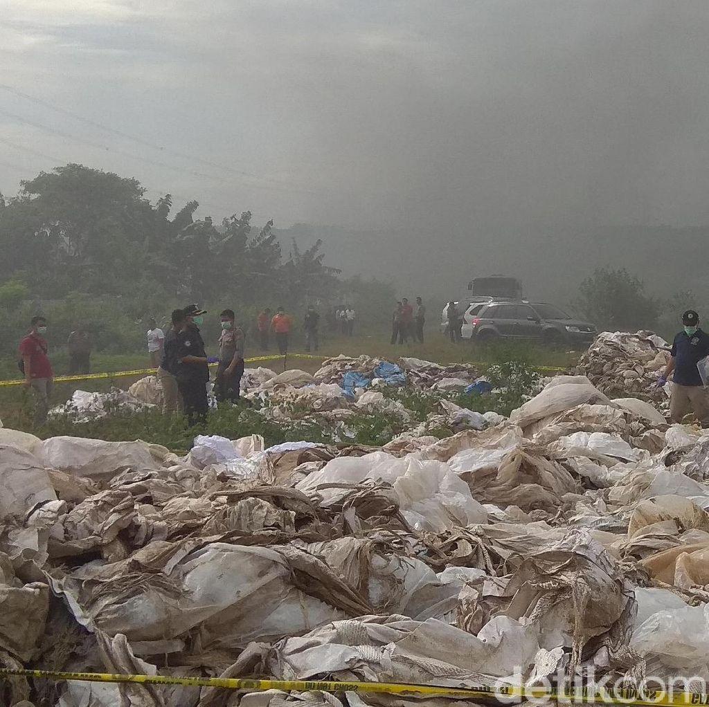 Tim Labfor Bareskrim Cek Tumpukan Karung Beracun di Karawang