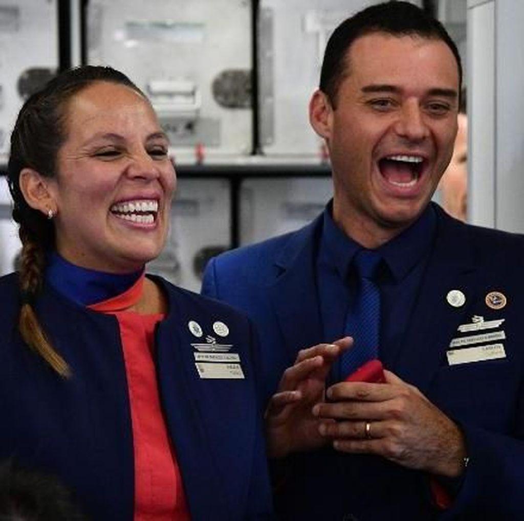 Foto: Senyum Semringah Pasangan yang Dinikahkan Paus di Pesawat