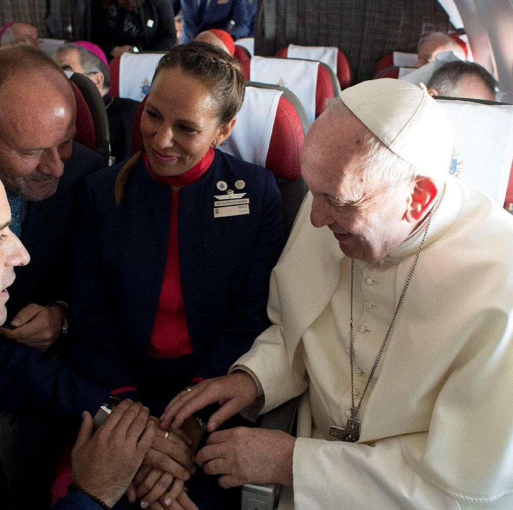 Pertama Kali! Paus Fransiskus Nikahkan Pasangan di Atas Pesawat