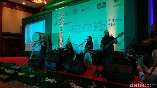 Penampilan Band Debu di acara pembukaan seminar Internasional Tasawuf Imam Al-Ghazali