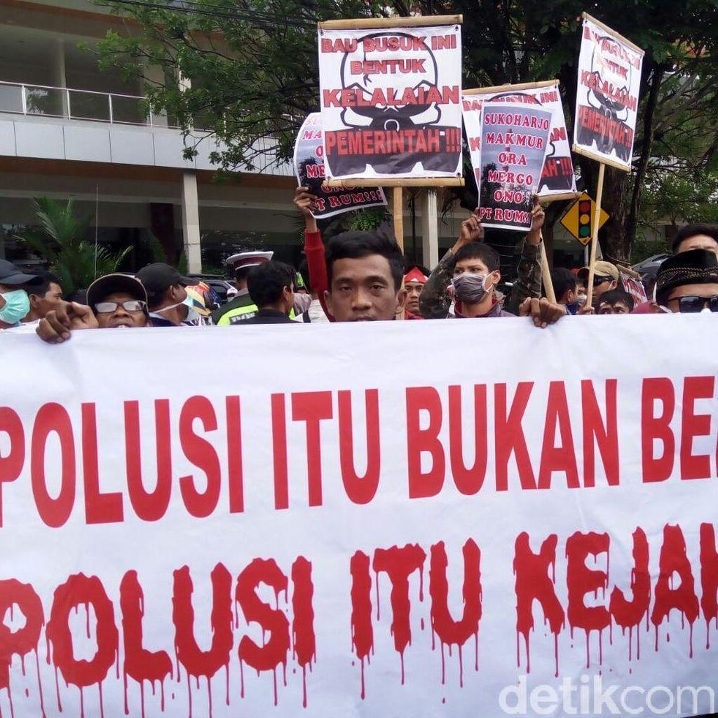 Terdampak Bau Busuk Limbah PT RUM, Warga Demo di DPRD Sukoharjo