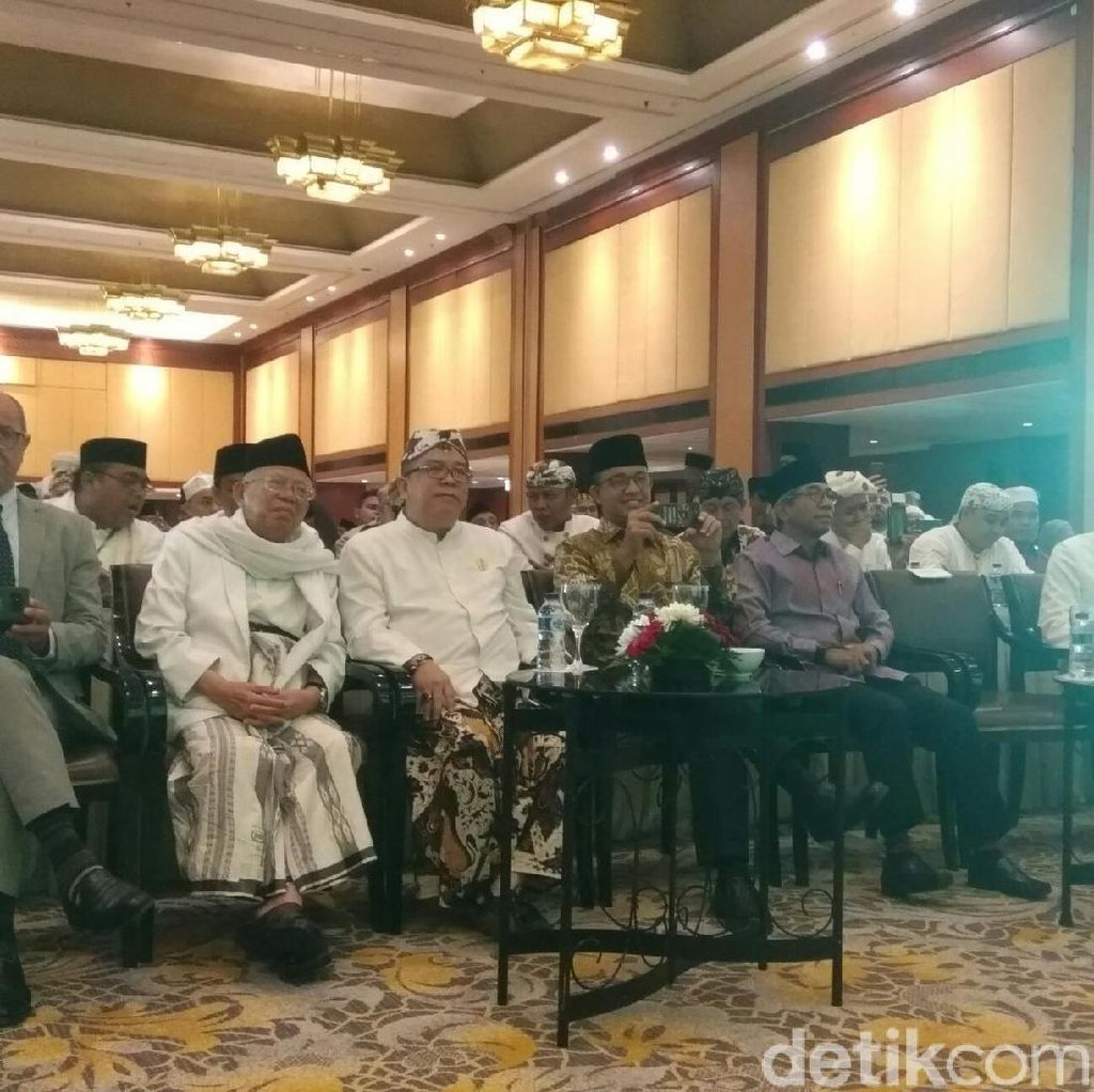 Hadiri Seminar Tasawuf, Anies Nikmati Penampilan Band Debu
