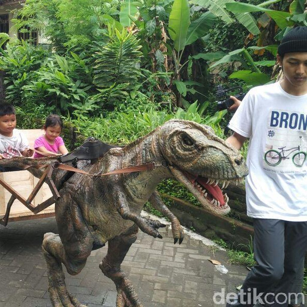 Kreatif! Lulusan SMK Jogja Sulap Barang Bekas Jadi Robot T-Rex