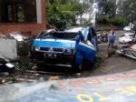 Pohon Timpa Gapura dan Mobil di Tangkuban Parahu Bandung
