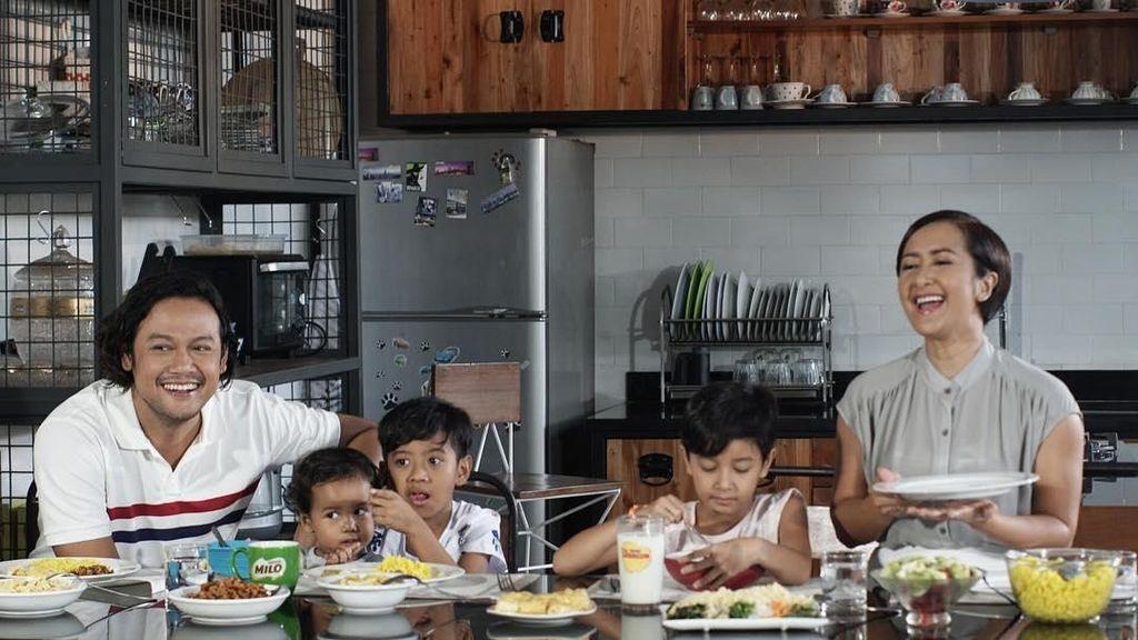 Mengintip 10 Kebersamaan Widi Mulia dan Keluarga Saat Menikmati Makanan Enak