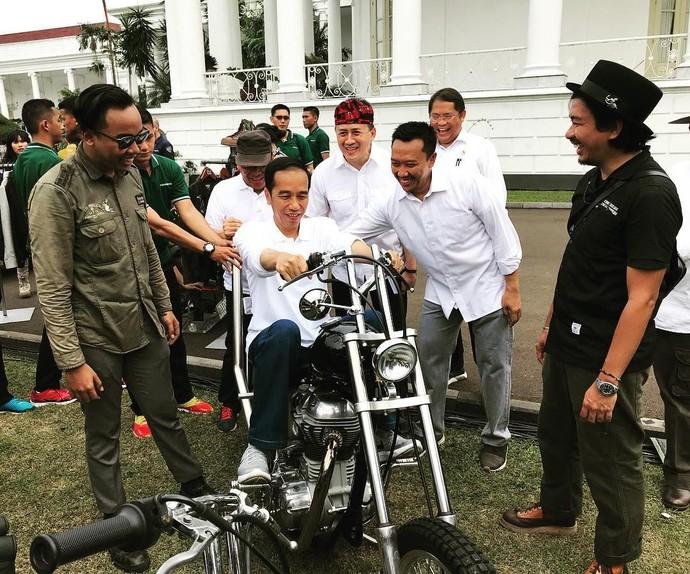 Ala Biker, Begini Gaya Jokowi Naik Motor