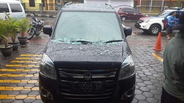 Kondisi mobil setelah nyelonong masuk mini market