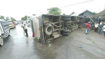 Hindari Motor, Bus Mira Terguling Hantam Rumah Warga di Jombang