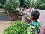 Pondasi Tergerus Arus, Jembatan di Mojokerto Ini Terancam Ambruk