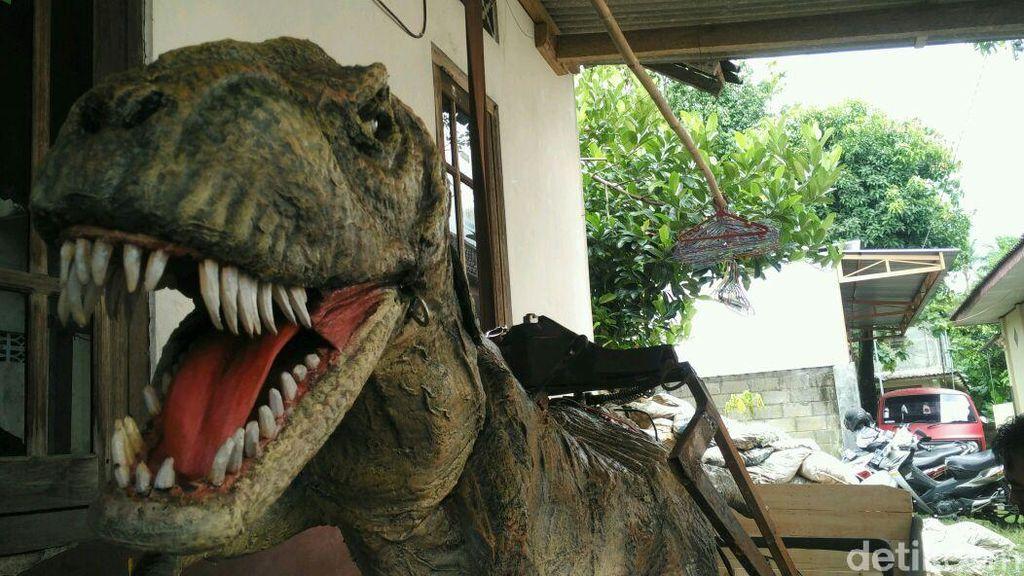 Muhammad Iqbal Firmansyah (18), seorang warga Kampung Purbayan, Kotagede, Yogyakarta, bersama timnya yang bernama Jagat Karya Kreasi, punya ide memanfaatkan barang bekas menjadi robot T-Rex. Foto: Usman Hadi/detikcom
