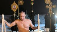 Vladimir Putin Berendam di Danau Sedingin Es Untuk Merayakan Epiphany
