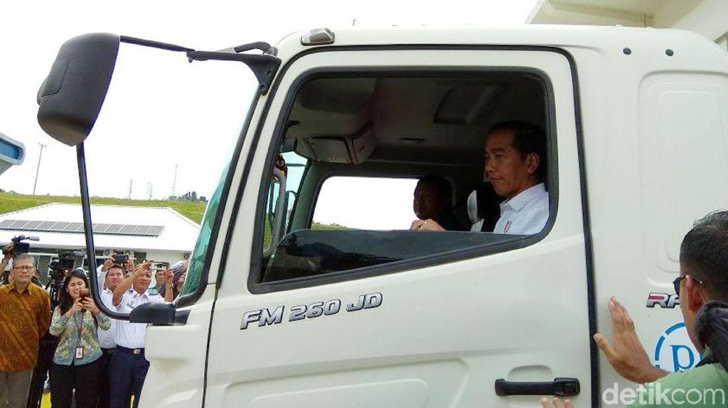 Nih Gaya Jokowi Naik Truk Jajal Tol Bakauheni