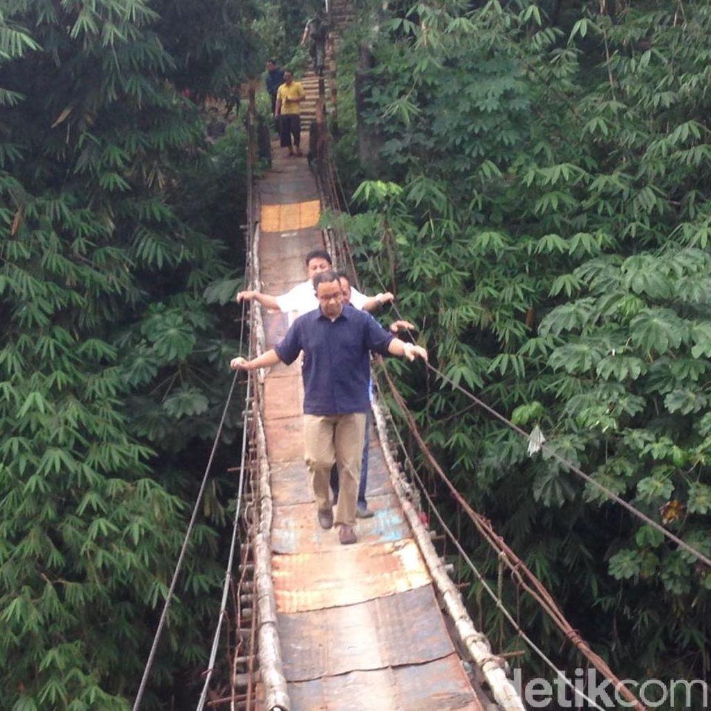 Anies Seberangi Jembatan Gantung Jagakarsa yang Mengerikan