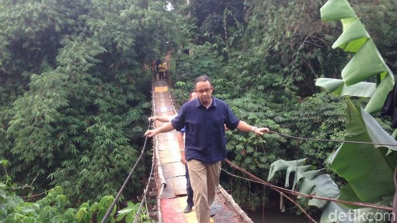 Foto: Ekspresi Anies saat Susuri Jembatan Ngeri di Jagakarsa