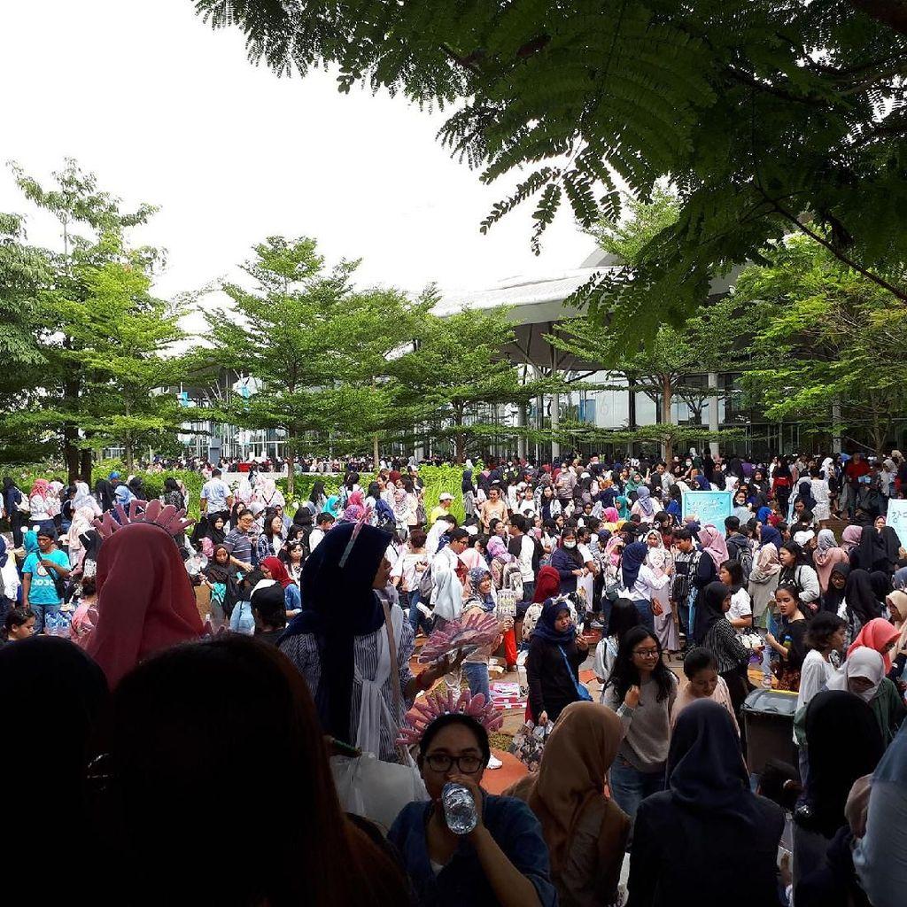 Gerimis Tak Runtuhkan Semangat Fans Antre Fanmeeting Wanna One