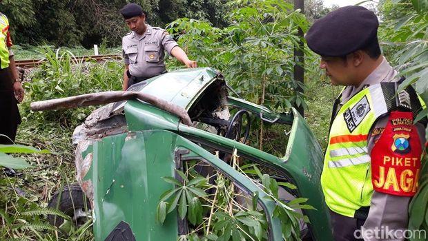 Mesin Mati di Atas Rel, Pikup Angkut Batako Ditabrak KA Malioboro