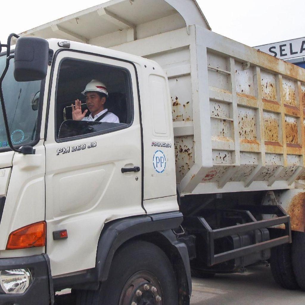 Momen Jokowi Naik Truk di Tol Bakauheni