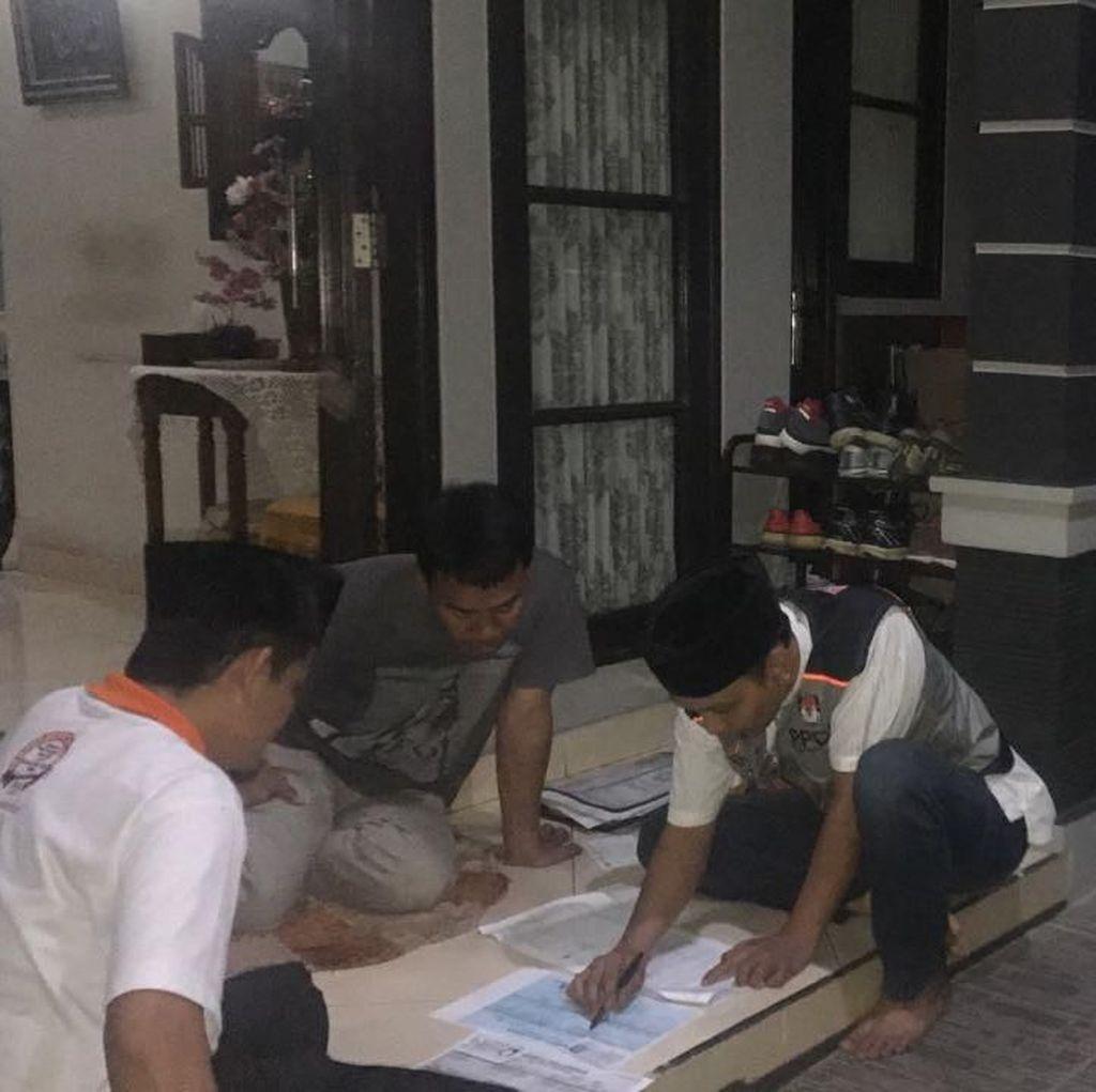 Kala KPU Kerja Hingga Malam Mendata Pemilih Pilkada Serentak