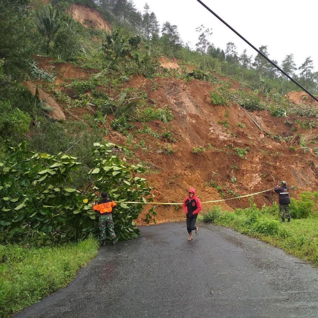 Pembersihan Longsor di Trenggelak Tunggu Kajian Ahli Geologi