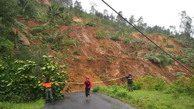 Jalan yang longsor ini menghubungan Kecamatan Kampak dan Munjungan