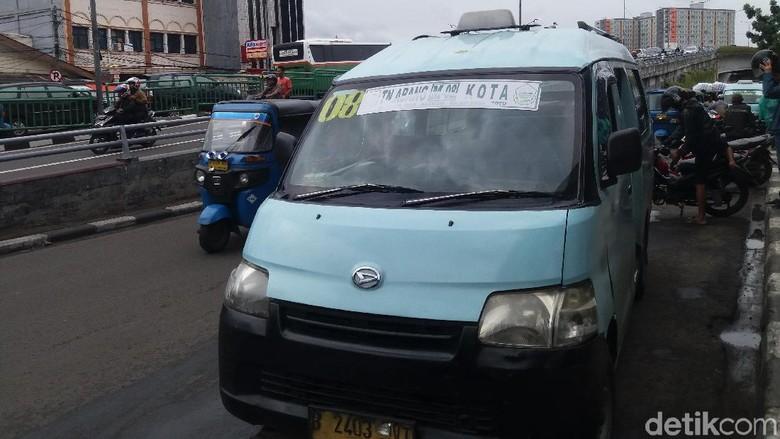 Protes Penutupan Jalan Depan Stasiun Tanah Abang, Sopir Angkot Mogok