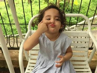 Ih, usil banget ya gaya gadis cilik ini. Bikin gemas! (Foto: Instagram/ @arumi_arumi_94)