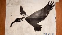 Lukisan Banksy Ditemukan dalam Kontainer Terlantar di Pinggir Pantai