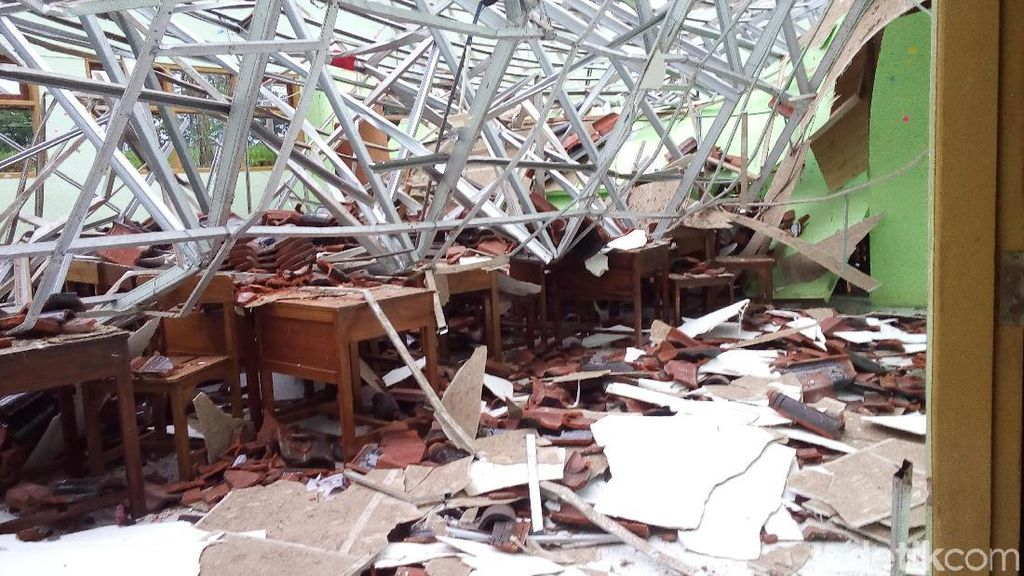 Atap Sekolah di Jepara Roboh Diterjang Angin, Sejumlah Siswa Luka