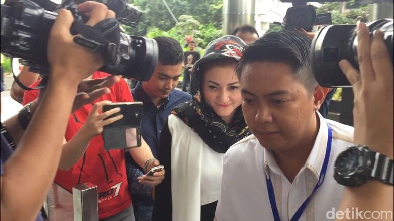 Tiba di KPK, Istri Setya Novanto Hanya Diam