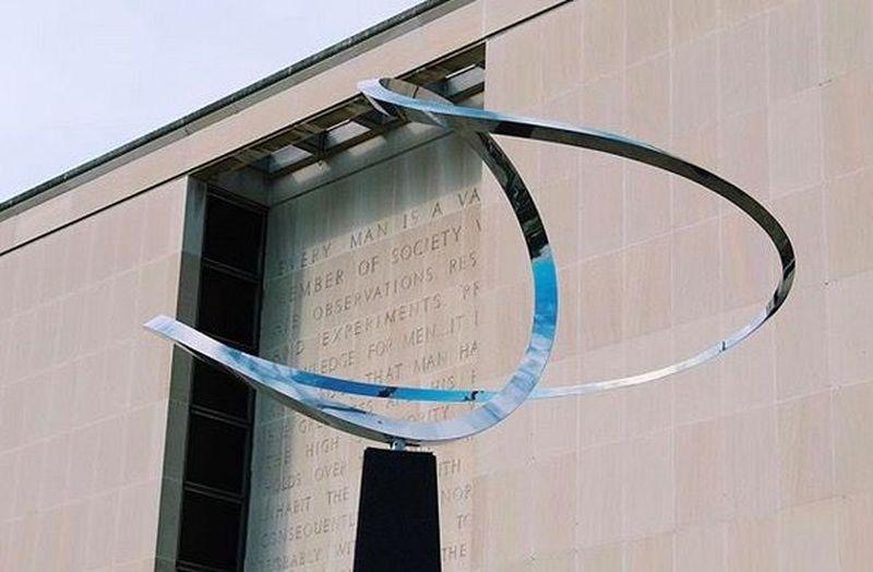 National Museum of American History terletak di Street and Constitution Avenue, Washington DC. Juga menjadi salah satu museum The Smithsonian (The Smithsonian)