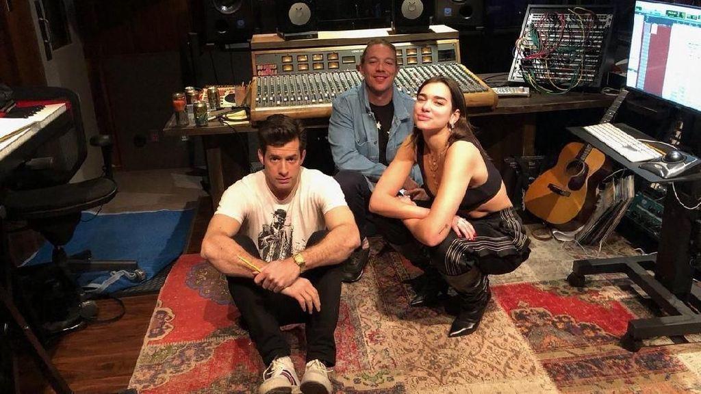 Beredar Foto Dua Lipa Bersama Diplo dan Mark Ronson di Studio Musik