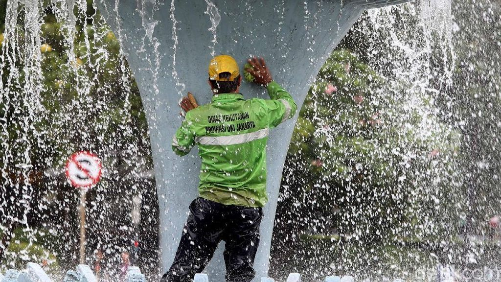 Perawatan Air Mancur Bunderan BI Jakarta